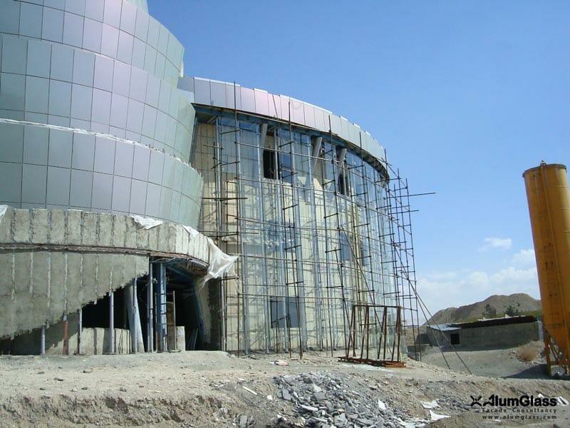 اجرای یک پوستهنمای شیشهای اسپایدری در نمای خارجی ساختمان باغ هنر جهت تکمیل concept نما- آلومینیوم شیشه تهران